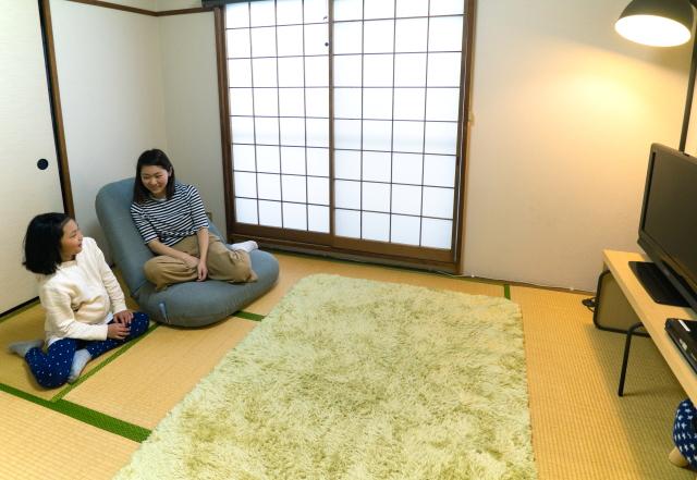 シンプルな居間で娘さんとくつろぐm・tさん|物が少なければ掃除もはかどる!家族で快適に過ごすためのミニマルライフ実践術とは?