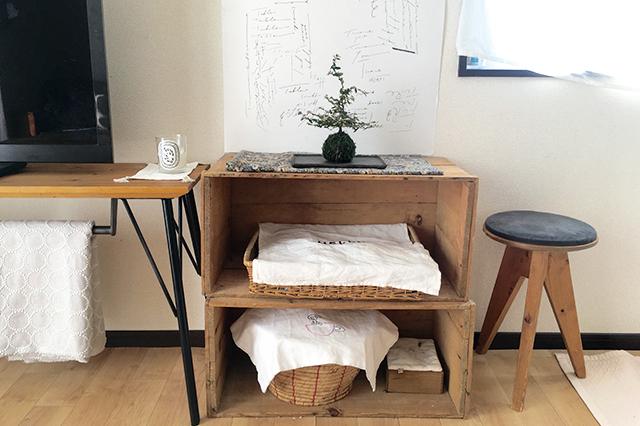 リンゴが入っていた木箱を活用し、収納スペースに。季節のディスプレイを楽しんでいる |一戸建てってどうなの?転勤ファミリーの暮らしぶりと戸建て賃貸のメリットを聞いた