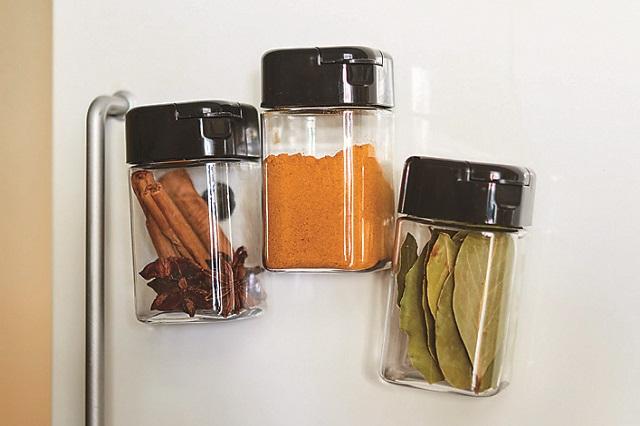 調味料入れを置くスペースがない!という場合でも大丈夫。冷蔵庫に貼れるうえに、オシャレも楽しめるアイデアだ|【賃貸DIY】材料費300円以下!100均グッズでキッチンを便利にするプチアイデア3選