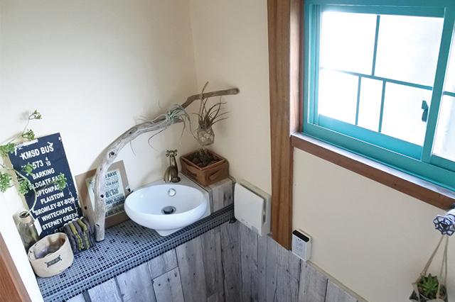家の中でもっとも手間をかけてDIYしたというタンクレス風トイレ。あまりに完成度が高く、言われるまで手作りとは気が付かなかったほど|DIYの達人に聞いた!築45年の古民家賃貸を住みやすくおしゃれにアレンジするコツ