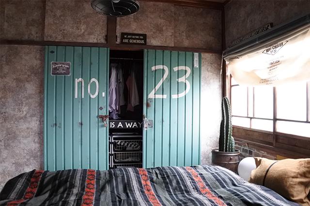 no.23と大きく書かれた扉はガルバリウム鋼板。ネットショップで見つけ、すぐに押入れで使うことを思い付いた。大きな錠前は古道具屋で見つけ、自分でトタン釘で固定したそう|DIYの達人に聞いた!築45年の古民家賃貸を住みやすくおしゃれにアレンジするコツ