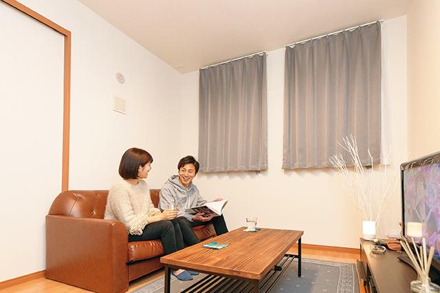 リビングのソファで和やかに談笑する鈴木さん夫婦 「二人暮らしは家事の負担も家賃も半分、だけど楽しさは2倍です!」と語ってくれた鈴木さん夫婦に、賢い二人暮らしの始め方について聞いてみた