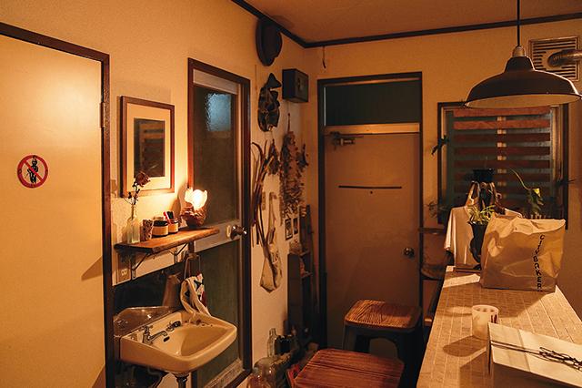 二人暮らし中の浦田さん夫婦の部屋の洗面台。ちょうどよい高さに鏡を設置してある