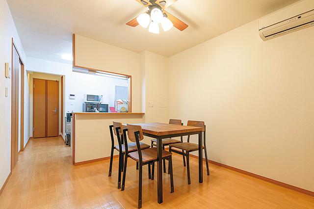 鈴木さん宅のリビングは、料理をしながら会話ができると人気の対面式のキッチン。リビングには2人暮らしには少し大きめのダイニングテーブルと4つの椅子が置かれている