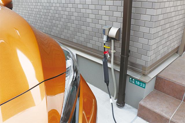 EVへの充電は車両に付属のケーブルとコンセントをガシャッとつなぐだけ|電気自動車を自宅で充電!EV充電設備付きの賃貸物件を取材してきた