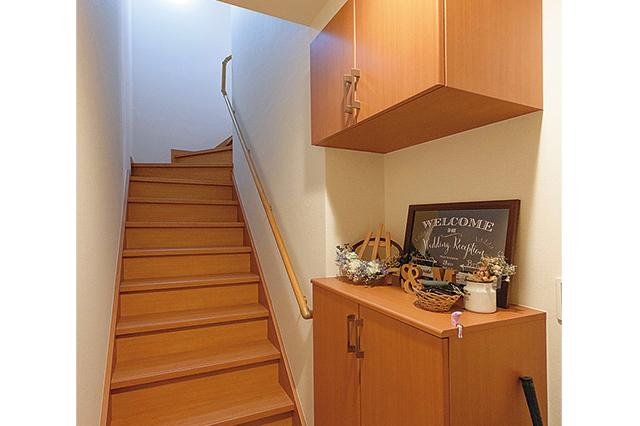 鈴木さん宅の玄関。シューズボックスの上にウェルカムボードやリースが飾られていておしゃれな雰囲気!
