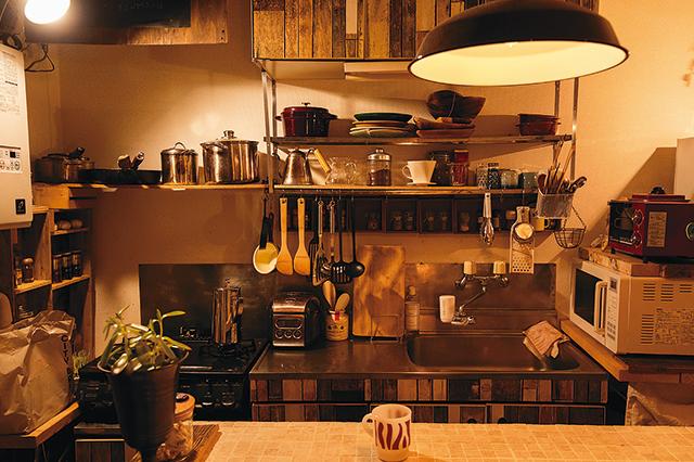 二人暮らし中の浦田さん夫婦の部屋のキッチンの様子。DIYでおしゃれに仕上がっている