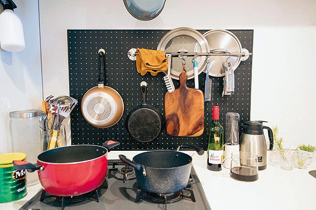有孔ボードでキッチンを使いやすく整理整頓。S.Kさんのアイデアが光るキッチンに|【インテリアコーディネート術】インテリアスタイリストに聞く、くつろぎ部屋のつくり方