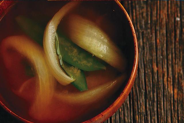 二人暮らしレシピ:絹さやと新玉ねぎの味噌汁