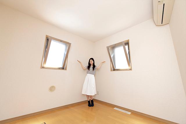 居室には他にも、上がパカッと開くタイプの小窓が二つ。これなら換気もしやすいね!|美女とゆく!アイドルグループ・スリジエの青葉桃花さんと入谷の賃貸物件を探訪してきた