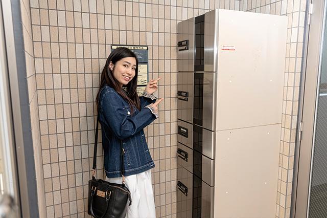 エントランスに便利な宅配ボックス発見!|美女とゆくおもしろ賃貸物件!アイドルグループ・スリジエの青葉桃花さんと入谷の部屋を探訪してきた