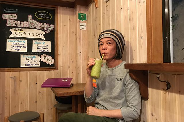 スムージーを飲むおじさん|オーガニックジュースバー「Trueberry」(広尾)の店内