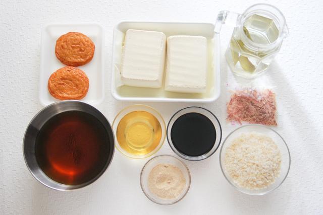 お多幸のとうめしを再現するのに必要な材料は、豆腐、さつまあげ、水、昆布、かつお節、しょうゆ、みりん、砂糖、米、ほうじ茶