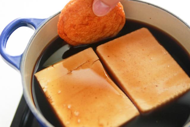 お多幸風のとうめしの作り方:だし汁に調味料、豆腐、さつまあげを加えて煮込む