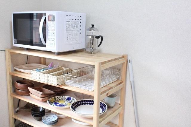 食器はユニットシェルフに収納。写真に写っているものがほぼ全て(来客用は別)というから徹底的!|子育て中でもできる!2児のママに聞いたシンプルな暮らしのコツ
