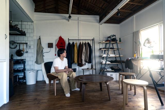 山田さんがリノベーションした部屋。白い壁と、温かみあふれる風合いの床と天井がマッチする落ち着いた空間