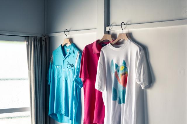"""シンプルな形状でシャツを美しく見せるハンガーも、山田さんが勤める""""clokee""""の作品"""