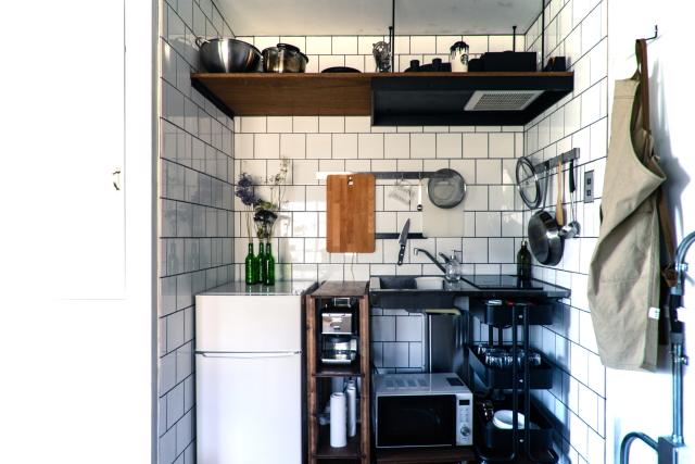 山田さん宅のキッチン。キッチンの形を3D図面化して配置したというタイルが見事