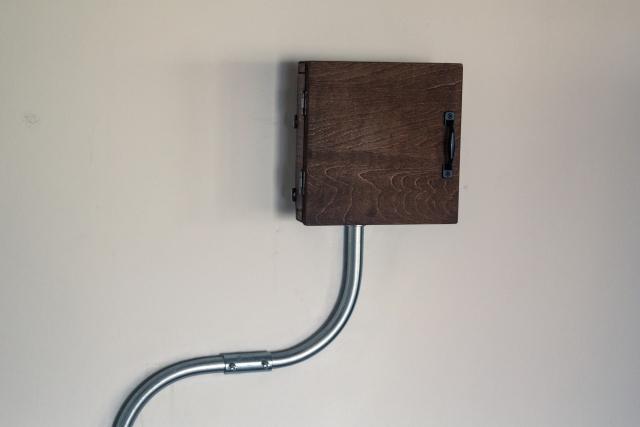 インターホンをむきだしにせず、お手製の木のボックスに収納