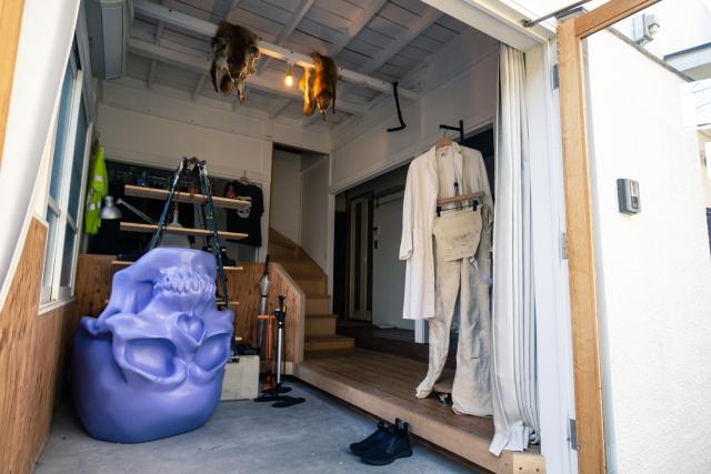 土間のある玄関にはドクロの彫刻が置いてある。天井には狐の毛皮がかけられており、個性的な演出