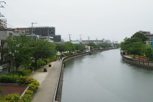 船堀駅にほど近い新川の河川敷。橋の向こう側に渡ると葛西エリア