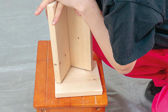STEP6で開けた側板のダボ穴に「ダボマーカー」をはめ、上から棚受けの両サイドを押し付けて跡を付ける