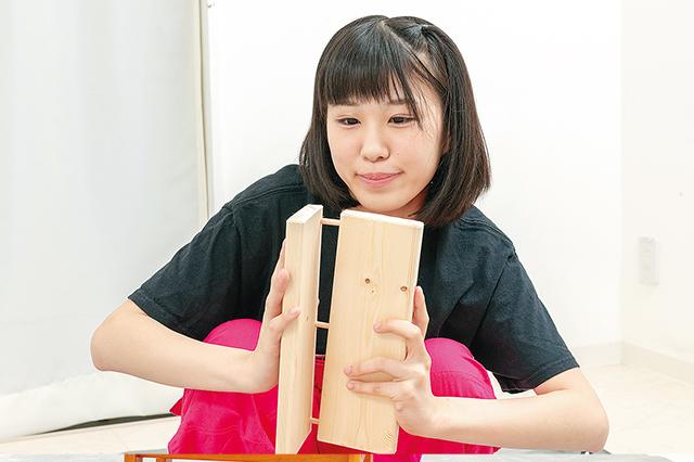 仮面女子・陽向こはるが挑戦するDIY作品「ミニブックスタンド」の作り方:木ダボをダボ穴にはめ込み、しっかりと圧着する