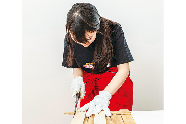 卓上ボードの作り方:木の板など、平らなものを上から当てて切るとスムーズ!