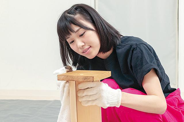仮面女子・陽向こはるが挑戦するDIY作品「ミニブックスタンド」の作り方:アンティークワックスを塗る陽向こはるさん