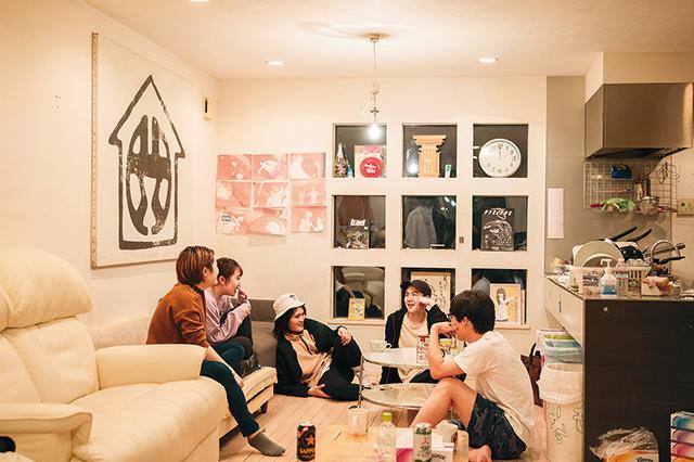 渋家のリビングで楽しそうに話をする若者たち