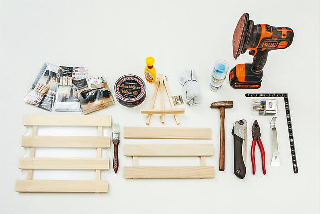 卓上ボードを作るために必要な材料は、100均のすのこ・100均のイーゼル。道具として使用するのは、バール・ドライバー・ペンチ・とんかち・のこぎり・電動やすり・ウッドクリップ・麻ひも・アンティークワックス・木工用ボンド・軍手・シート(養生用)・ペン・定規