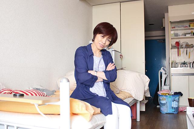 木村のベッドに勝手に腰掛けている家事・収納アドバイザーの本多弘美先生