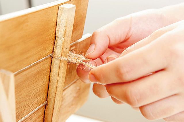 卓上ボードの作り方:麻ひもをボードの表側から裏側に通し、裏側で結ぶ。通す本数は2本程度がおすすめ
