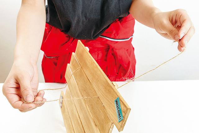 卓上ボードの作り方:ボードに麻ひもを結びつける