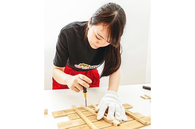 卓上ボードの作り方:イーゼルの脚を ボードの裏面に固定する