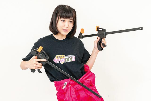 DIY工具を両手に持って意気込む仮面女子・陽向こはるさん