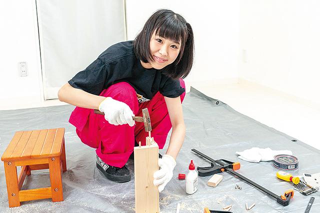仮面女子・陽向こはるが挑戦するDIY作品「ミニブックスタンド」の作り方:側板との接合面に木ダボを埋める