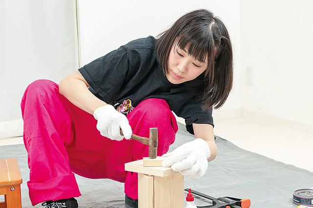 仮面女子・陽向こはるが挑戦するDIY作品「ミニブックスタンド」の作り方:側板をはめこみ、とんかちで叩いてしっかりと固定する