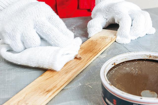 仮面女子・木下友里がチャレンジするDIY作品「卓上ボード」の作り方:きの表面にアンティークワックスを塗る