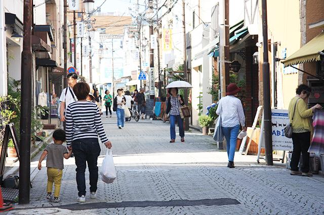 鎌倉駅西口から続く御成通り