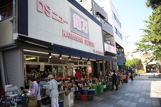生鮮食品店「鎌万」の様子