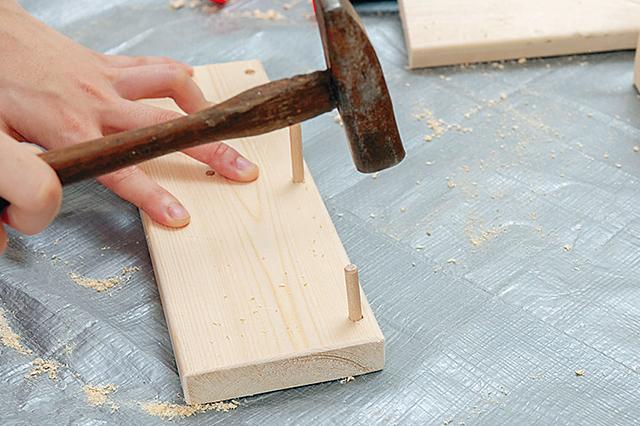 仮面女子・陽向こはるが挑戦するDIY作品「ミニブックスタンド」の作り方:とんかちで木ダボをしっかりと叩いて埋め込む
