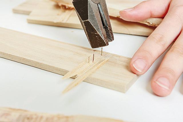 仮面女子・木下友里がチャレンジするDIY作品「卓上ボード」の作り方:ペンチで板に残った釘を抜く