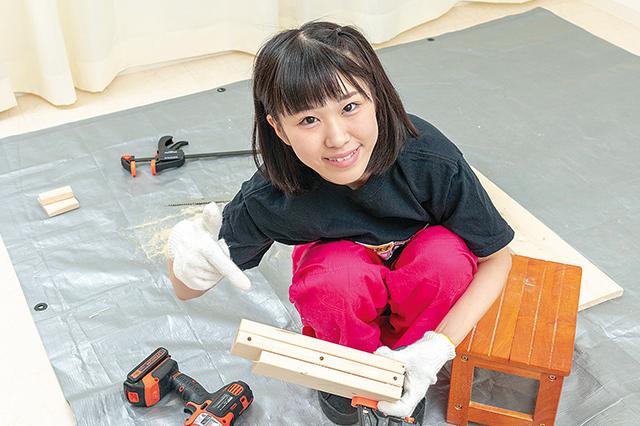 仮面女子・陽向こはるが挑戦するDIY作品「ミニブックスタンド」の作り方:STEP3で開けたダボ穴を指差す陽向こはるさん