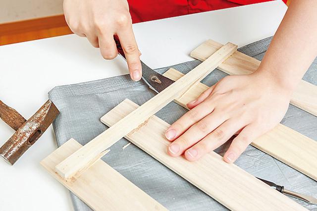 仮面女子・木下友里がチャレンジするDIY作品「卓上ボード」の作り方:空いた隙間にバールを差し込み、てこの原理を利用して板を取り外す