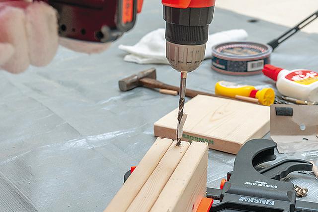 仮面女子・陽向こはるが挑戦するDIY作品「ミニブックスタンド」の作り方:木材に、ダボ継ぎするための穴を開ける