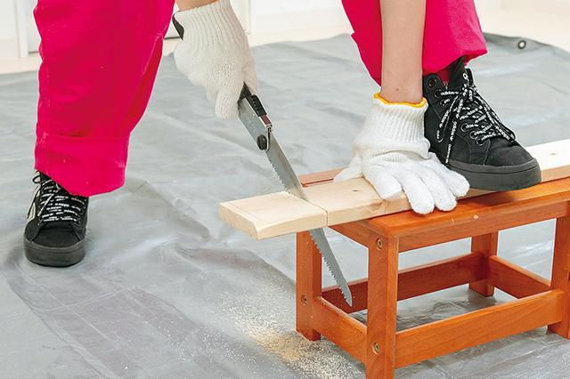 仮面女子・陽向こはるが挑戦するDIY作品「ミニブックスタンド」の作り方:のこぎりで順調に木を切る陽向こはるさん