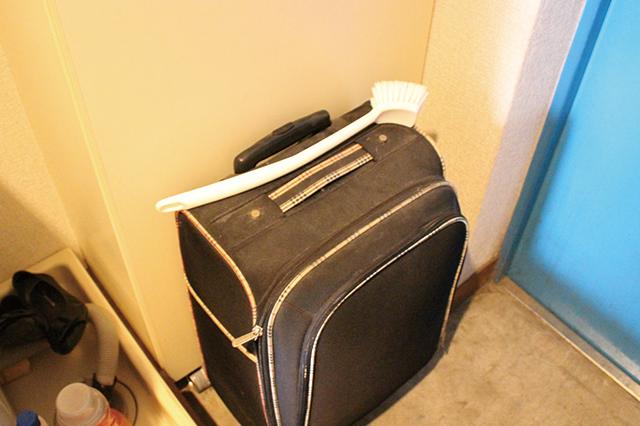大きなトランクによってふさがれた木村家の下駄箱。このせいで下駄箱の下段に靴が収納できていない