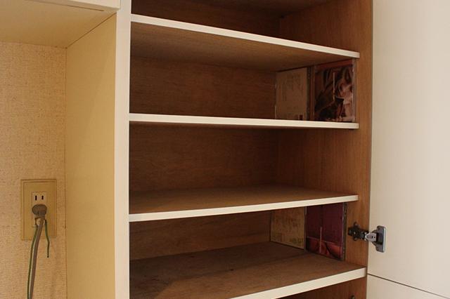 CDケースを下駄箱の4隅に置いて、その上に板を置くと……収納スペースができた!