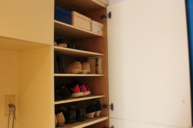 下駄箱の上の段。ちょうど自分の目線と同じくらいの高さ&扉を開けてすぐ手が届くスペースに、この時期一番よく履く靴を収納。使いにくい上の段に使用頻度の低い靴を置くと使いやすい
